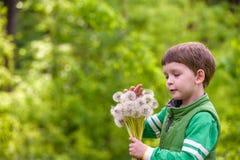 Счастливый ребенк наслаждаясь солнечным днем поздним летом и осени в природе на зеленой траве Стоковая Фотография