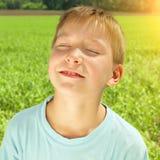 Счастливый ребенк на поле стоковая фотография rf