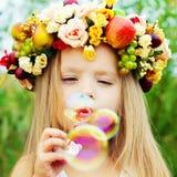 Счастливый ребенк с пузырями мыла Стоковое Изображение RF