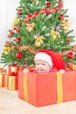 Счастливый ребенок в шляпе рождества в подарочной коробке Стоковая Фотография