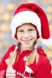 Счастливый ребенок в Christmas& x27; одежды s показывая руке ОДОБРЕННЫЙ знак Стоковые Изображения RF