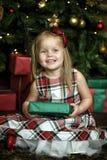 Счастливый ребенок девушки держа подарок в руках Стоковая Фотография
