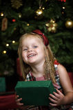 Счастливый ребенок девушки держа подарок в руках Стоковая Фотография RF
