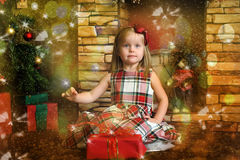Счастливый ребенок девушки держа подарок в руках Стоковое фото RF