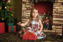 Счастливый ребенок девушки держа подарок в руках Стоковые Фотографии RF