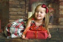 Счастливый ребенок девушки держа подарок в руках Стоковое Изображение RF