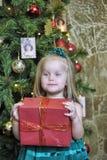 Счастливый ребенок девушки держа подарок в руках Стоковые Фото
