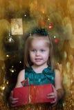 Счастливый ребенок девушки держа подарок в руках Стоковые Изображения RF