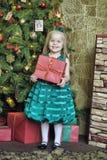 Счастливый ребенок девушки держа подарок в руках Стоковое Фото