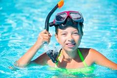Счастливый ребенок девушки играя в бассейне на солнечный день Милая маленькая девочка наслаждаясь каникулами праздника Стоковые Фото