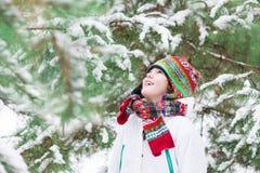Счастливый ребенок играя в снежном лесе Стоковое Изображение RF