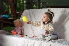 Счастливый ребенок играя с шариком Стоковое фото RF
