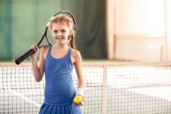Счастливый ребенок играя теннис с утехой стоковая фотография rf