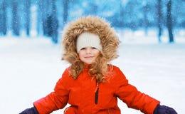 Счастливый ребенок имея потеху в зиме стоковые фотографии rf