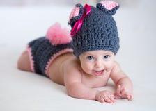 Счастливый ребенок младенца внутри костюмирует зайчика кролика Стоковое Изображение RF