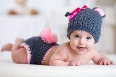 Счастливый ребенок младенца внутри костюмирует зайчика кролика Стоковые Фото