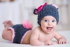 Счастливый ребенок младенца внутри костюмирует зайчика кролика Стоковые Изображения RF