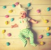 Счастливый ребенок младенца с ушами и яичками зайчика пасхи Стоковое Изображение RF