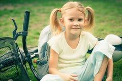 Счастливый ребенок на велосипеде стоковая фотография rf