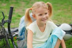 Счастливый ребенок на велосипеде стоковое фото