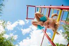 Счастливый ребенок на спортзале джунглей Стоковое фото RF