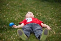 Счастливый ребенок на луге Стоковые Изображения RF