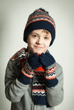 Счастливый ребенок нося шерстяные шляпу и шарф Стоковое фото RF