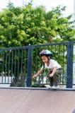 Счастливый ребенок нося шлем велосипеда outdoors Стоковое Изображение