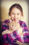 Счастливый ребенок обнимая кота Стоковая Фотография RF