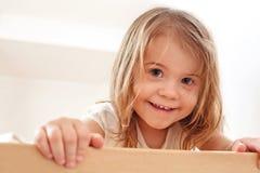 Счастливый ребенок. Портрет красивой девушки liitle стоковая фотография rf