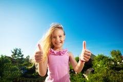 Счастливый ребенок против неба Стоковое Фото