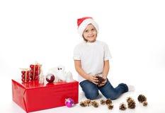 Счастливый ребенок ребенк девушки в шляпах santa с подарком Стоковые Изображения