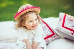 Счастливый ребенок сидит на луге Стоковое фото RF