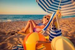 Счастливый ребенок сидя на sunbed Стоковые Изображения RF
