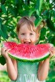 Счастливый ребенок с большим куском арбуза ел девушку плодоовощ немного конец вверх Портрет Стоковые Изображения RF