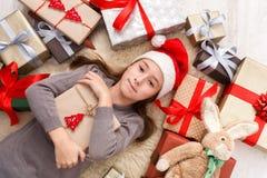 Счастливый ребенок с коробками подарка на рождество и подарками, взгляд сверху Стоковые Фотографии RF