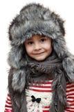 Счастливый ребенок с меховой шляпой зимы стоковые изображения rf