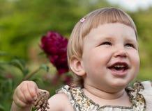 Счастливый ребенок с цветком Стоковые Изображения