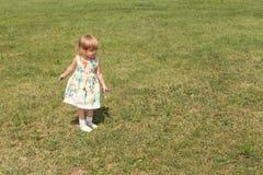 Счастливый ребёнок играя outdoors Стоковая Фотография RF