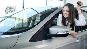 Счастливый ребёнок показывая ключ его нового автомобиля Автоматическое дело, продажа автомобиля, технология и концепция людей - с Стоковое Фото