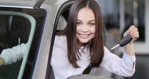 Счастливый ребёнок показывая ключ его нового автомобиля Автоматическое дело, продажа автомобиля, технология и концепция людей - с Стоковые Фото