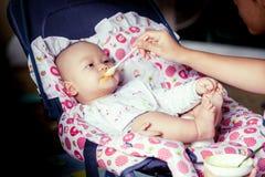 Счастливый ребёнок сидя на стуле хвастуна стоковые фото