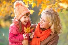 Счастливый родитель и ребенк держа желтый цвет осени Стоковое Изображение