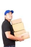 Счастливый дружелюбный уверенно носить работника доставляющего покупки на дом Стоковые Изображения RF