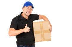 Счастливый дружелюбный уверенно носить работника доставляющего покупки на дом Стоковое фото RF