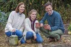 Счастливый садовничать дочери матери отца ребенка девушки семьи стоковая фотография