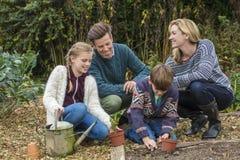 Счастливый садовничать дочери сына отца матери семьи стоковые фотографии rf