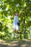 Счастливый скакать девушки Стоковое Изображение
