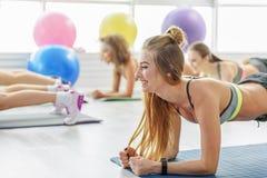 Счастливый смеясь над женский тренер фитнеса Стоковые Изображения