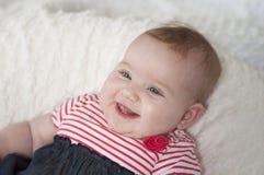 Счастливый смеясь над красивый младенческий младенец Стоковое Изображение RF